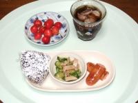 7/10 朝食 雑穀おにぎり、キュウリとチャーシューのサラダ、フランクソーセージ、さくらんぼ、麦茶