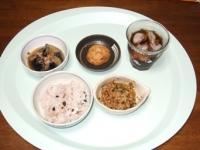 7/10 昼食 納豆、揚げナスの煮びたし、れんこんひろうす、雑穀ご飯、麦茶