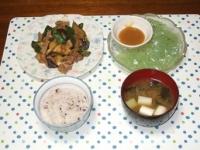 7/16 豚肉となす・ピーマンの味噌炒め、刺身こんにゃく、ネギとわかめの味噌汁、雑穀ご飯