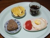 7/21 朝食 雑穀おにぎり、目玉焼き、トマト、夏小夏、麦茶