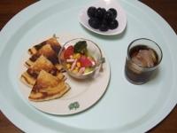 7/22 朝食 パンケーキ、トマトとブロッコリーのサラダ、巨峰、麦茶