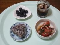 7/23 朝食 雑穀おにぎり、イカとトマトのにんにく炒め、巨峰、麦茶