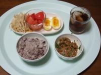 7/23 昼食 納豆、もやしのカレー醤油和え、ゆで卵、トマトの甘酢がけ、雑穀ごはん、麦茶
