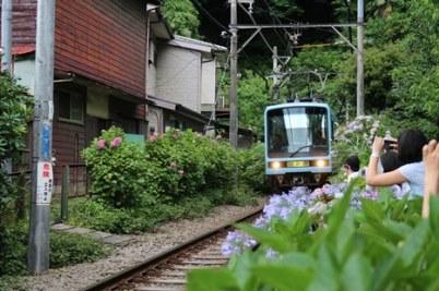 6/28 トンネルから出て御霊神社前を通る江ノ電