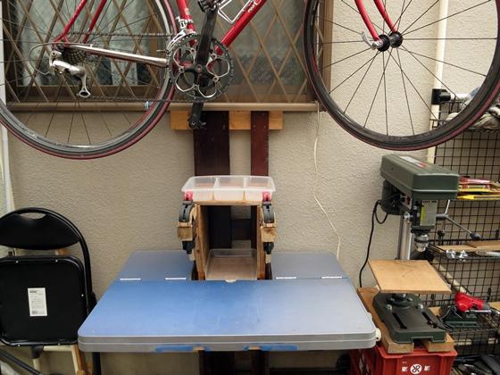 テーブルの上には自転車