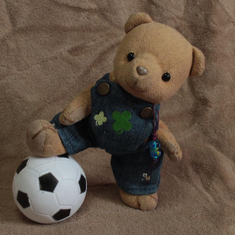 サッカーボールと戯れる b