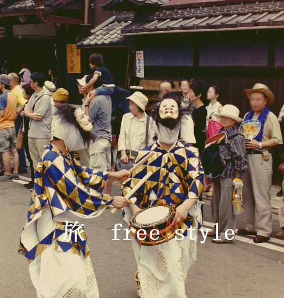 祇園祭 面を被る人