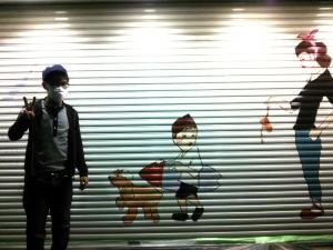 松丸翔さんと シャッター前の絵