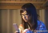 【エロ動画】 親戚の眼鏡っ娘を夜這いしてレイプするオヤジ!