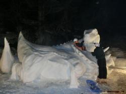 恐竜の雪像