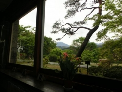 日光金谷ホテル ロビーからの庭園