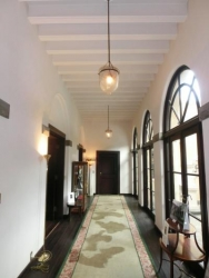 小笠原伯爵邸 パティオ横の廊下
