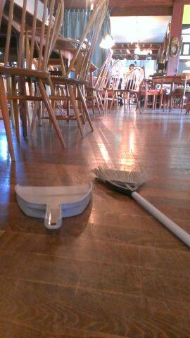 ヴィクトリアンクラフトの床を掃除!!
