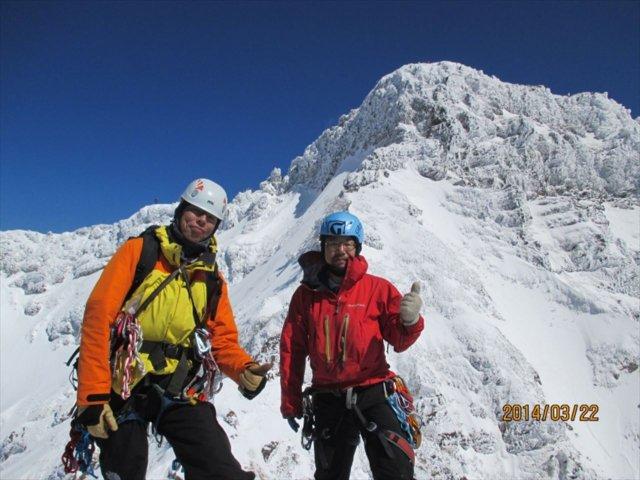 22 小同心クラック登攀終了。横岳をバックに小同心の頭にて (1)_R