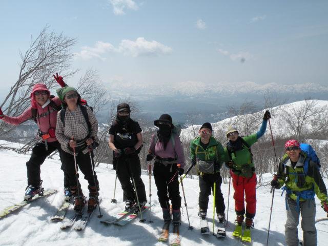 09 山頂直下で妙高頸城連山をバック