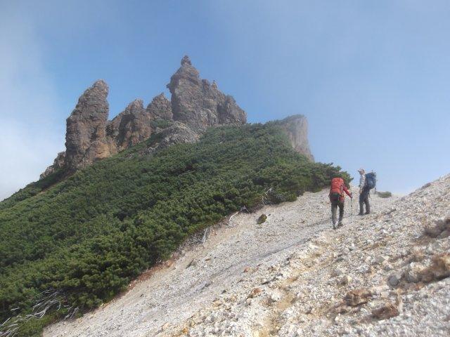 50途中にそびえるこけし岩(硫黄山)r