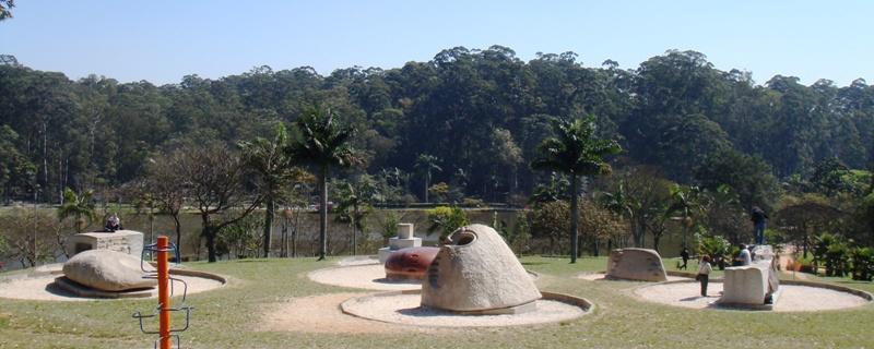 池を見下ろす丘の斜面の石碑群
