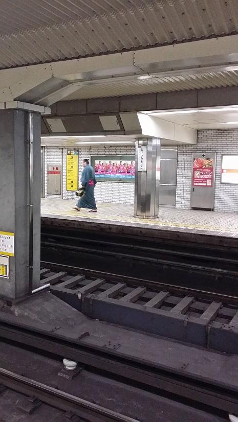 地下鉄力士後ろ姿