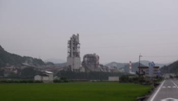 巨大セメント工場