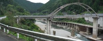 橋を渡るとR169