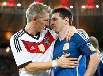 健闘をたたえ合うドイツのシュバインシュタイガーとアルゼンチンのメッシ