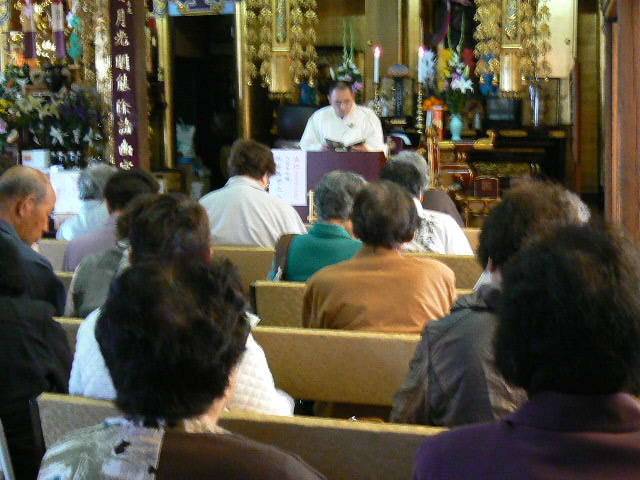 法話を聴聞する聖徒