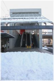 140209E 113駅屋根の雪