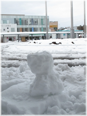 140215G 012駅前雪だるま