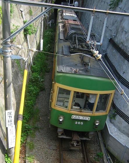 070925極楽寺駅から出た江ノ電