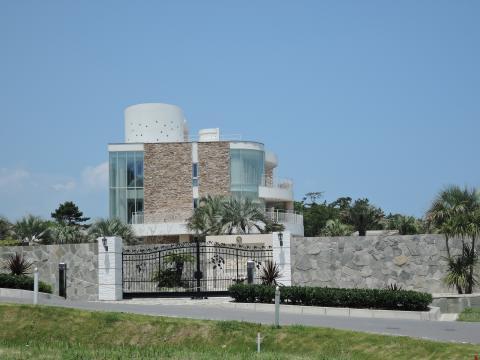 浜辺の高級住宅