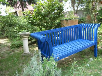 青いベンチ
