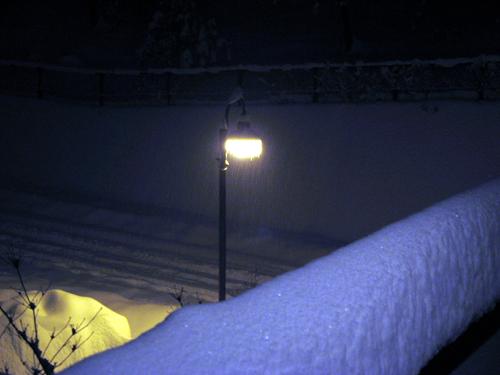 夜に降り続く雪-1