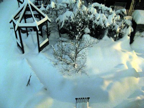 夜に降り続く雪-2