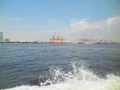 青海コンテナ埠頭を望む