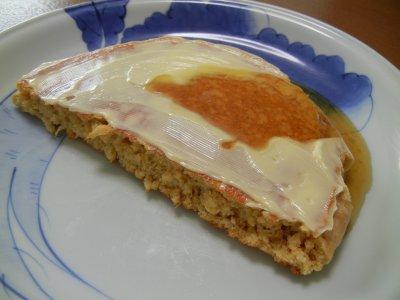 マーガリンと蜂蜜を塗ったホットケーキ