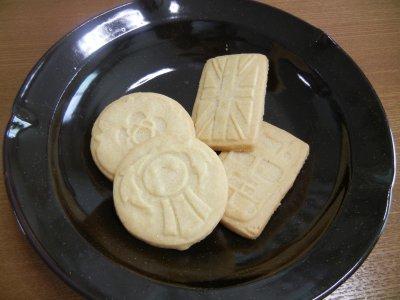 英国土産・クッキーon天目釉皿