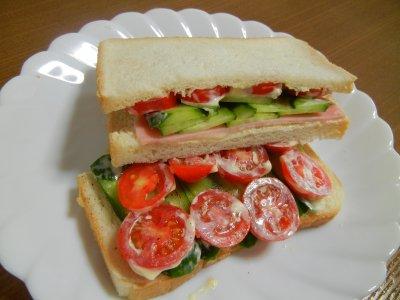 完熟ミニトマトを使ったサンドイッチ