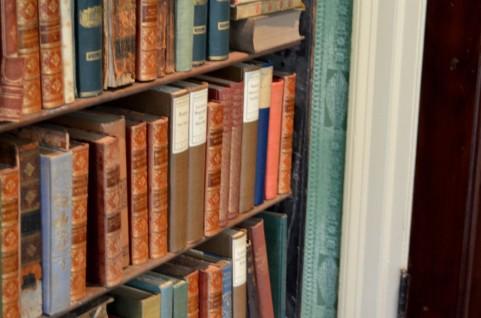 意味がわかると怖い話 図書館の壁越し
