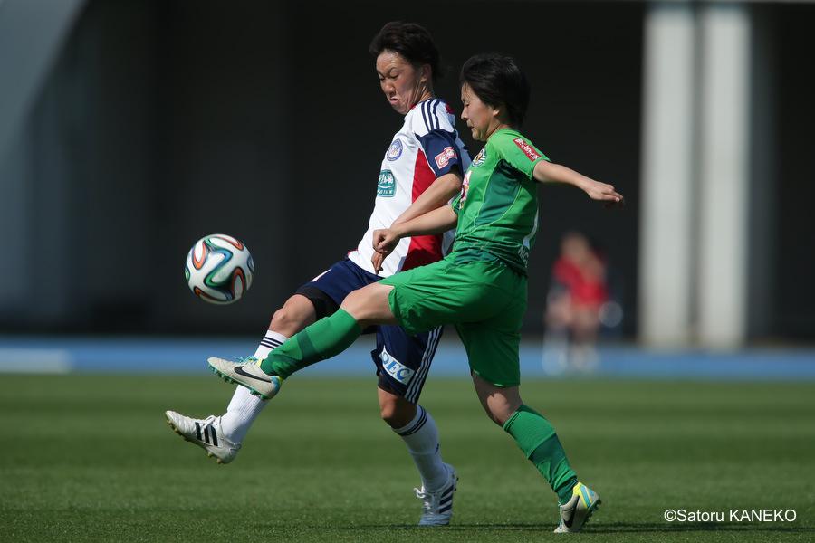後半、ボールを競り合う、湯郷ベル・細川(左)