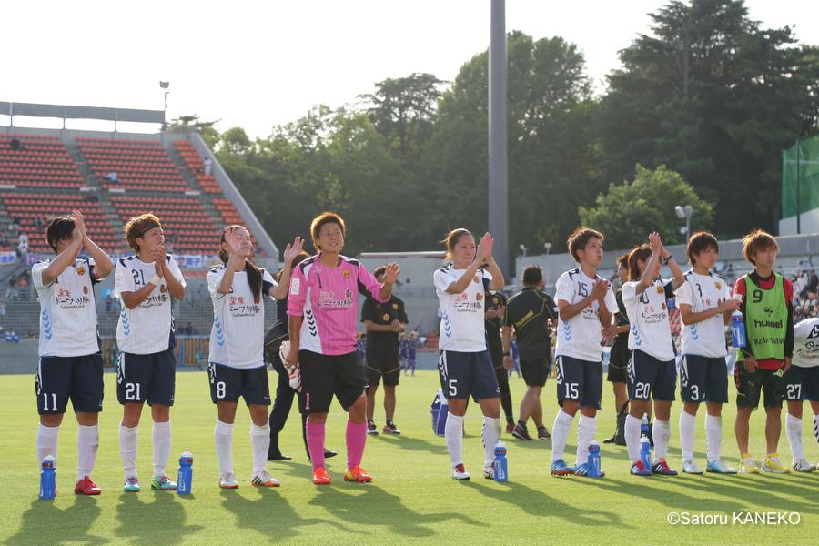 試合終了後、勝利しサポーターに挨拶するI神戸の選手たち