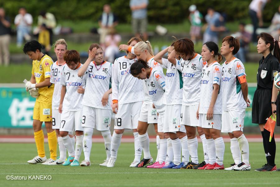試合終了後、敗戦し肩を落とす伊賀FCの選手たち