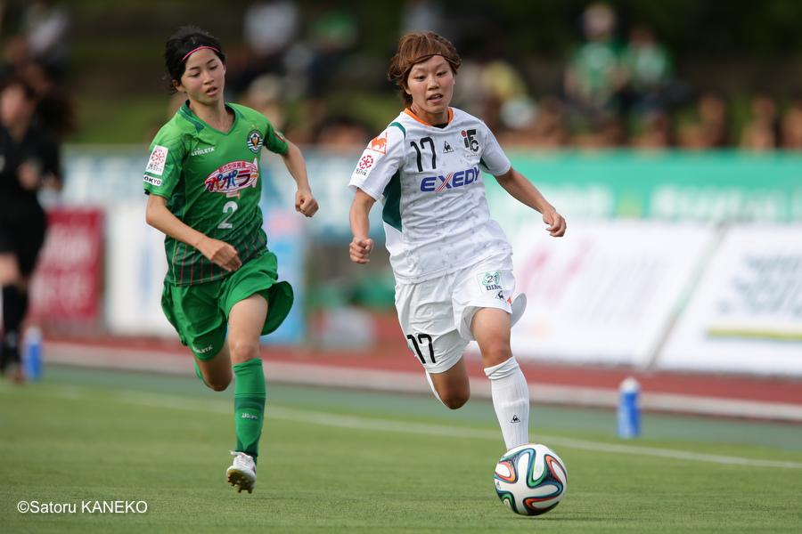後半、左サイドをドリブルする、伊賀FC・杉田