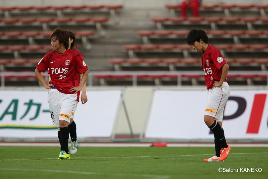 試合終了後、敗戦し肩を落とす浦和の選手たち