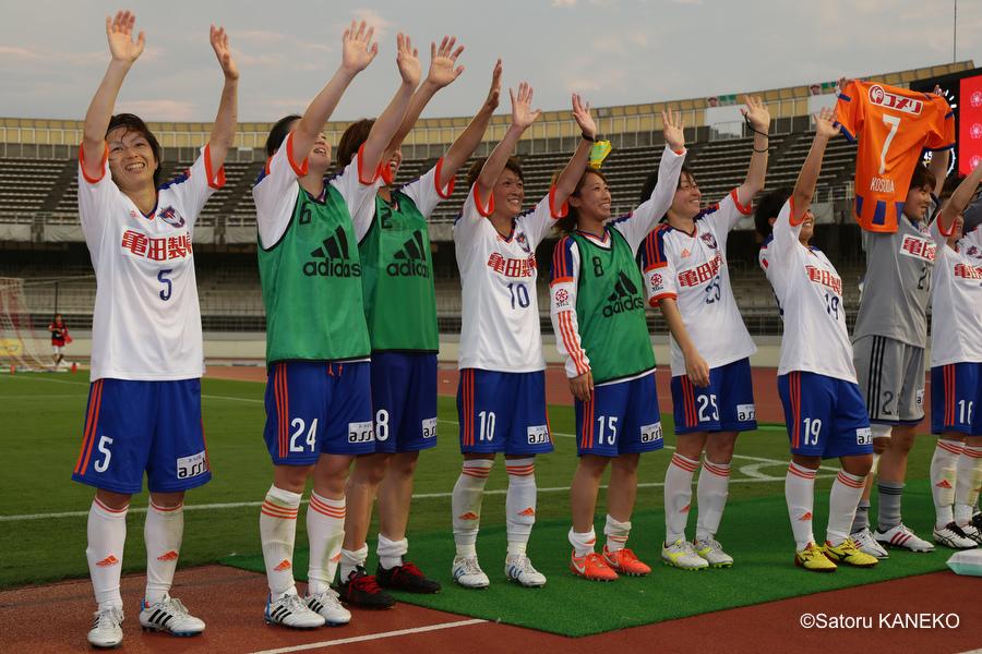 試合終了後、サポーターに挨拶する、新潟の選手たち