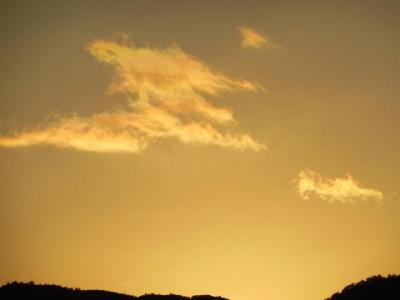 朝焼けの中の虹雲