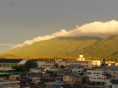 黄金に光る朝熊山