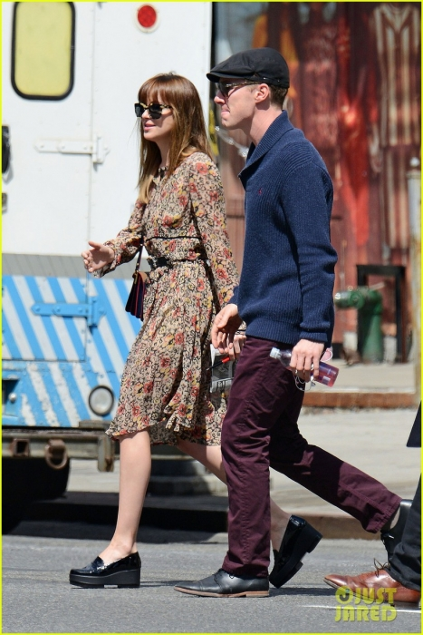 benedict-cumerbatch-lunches-with-dakota-johnson-decorates-his-face-with-napkins-04.jpg