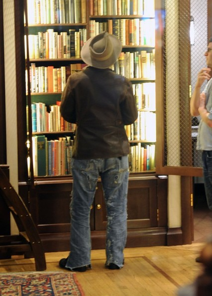 johnny-depp-meets-amber-heard-at-a-rare-book-shop-on-her-birthday_15.jpg