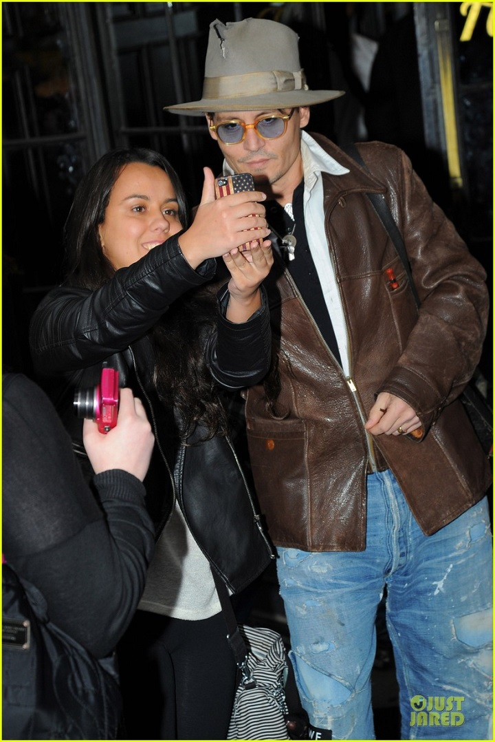 johnny-depp-poses-for-selfie-with-fan-02.jpg