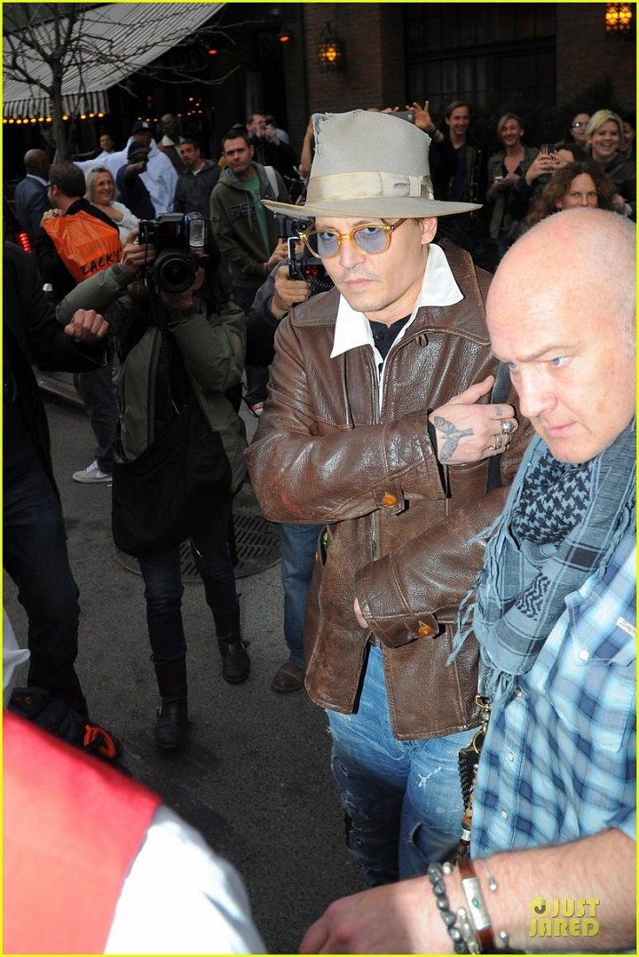 johnny-depp-poses-for-selfie-with-fan-05.jpg